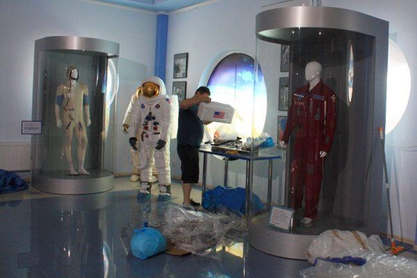 Пополнение экспозиции музея - установка лунных скафандров