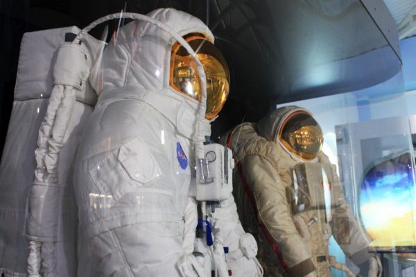 Американский лунный скафандр серии A7L астронавта Нила Армстронга (слева)
