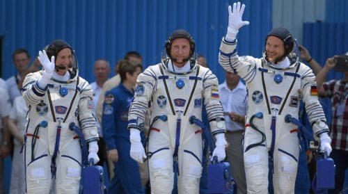Кто сейчас находится в космосе из космонавтов и астронавтов?