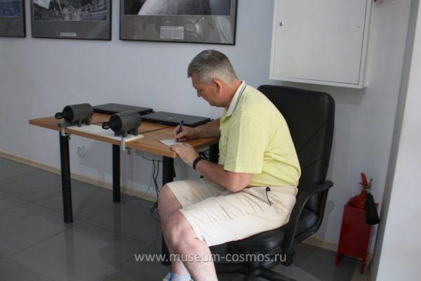 Российский космонавт Самокутяев А. М. раздает автографы в музее