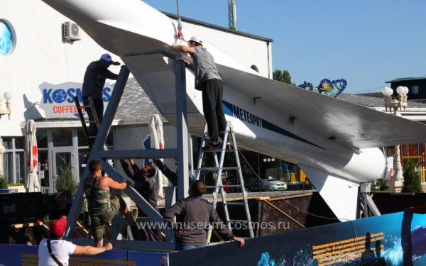 Установка крылатой ракеты Метеорит - нового экспоната музея Космонавтики
